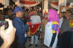 Tiba di Tulangbawang, Winarti Sambut Obor Asian Games