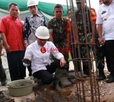 Parosil Mabsus Meletakan Batu Pertama Pembangunan Masjid Nurul Iman di Pekon Ciptamulya