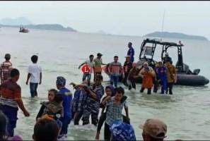 Perahu Pengunjung Festival Pahawang Terguling di Perairan Punduh Pidada