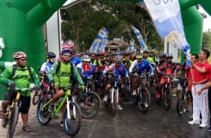 Ratusan Pesepeda Ramaikan Gowes Bareng Lamsel Bersama K3S Sragi