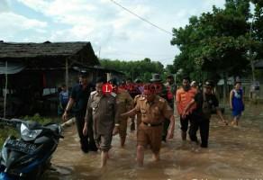 Plt Bupati Mesuji Tinjau Banjir di Talangbatu