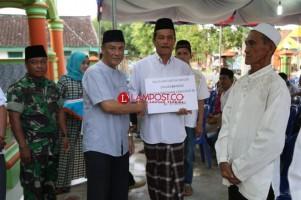 Pemkab Pesisir Barat Serahkan Bantuan ke Masjid