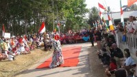 Desa Kemalo Abung Tampilkan Fashion Show Produk Daur Ulang