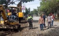 30 Truk Material Batu Diturunkan untuk Perbaikan Jalur Dua Jalan Ryacudu