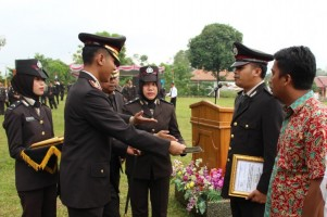 9 Anggota Polres Way Kanan dapat Penghargaan di Upacara HUT Ke-73 Bhayangkara