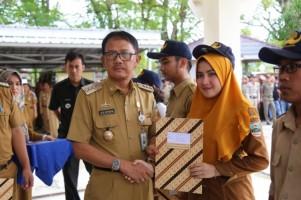 Agus Istiqlal Bagikan SK Tenaga Kontrak Lingkup Pemkab Pesisir Barat