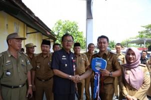 Agus Istiqlal Serahkan 40 Unit Ambulance Pekon