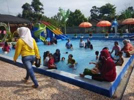 Akhir Pekan, Kolam Renang Tirtasari Diserbu Pengunjung