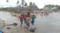 Akses Jalan Putus, Motor Terpaksa Diangkat untuk Melintas