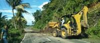Alat Berat Bersihkan Sisa Longsordi Jalan Lintas Pantai Barat