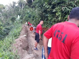 Anggota Kodim 0422 Bersama Warga Benahi Longsor di Way Mengaku