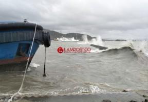 Angin Kencang dan Gelombang Tinggi Masih Ancam Jalur Kapal Feri