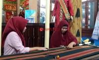 Anjungan Pesisir Barat Ajari Pengunjung Lampung Fair Menenun Tapis