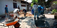 Bangun Jalan Cor Beton, Desa Sukaraja Libatkan Warga Sekitar
