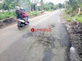 Baru Sepekan Diperbaiki, Jalan Poros Desa Kekiling Rusak Kembali