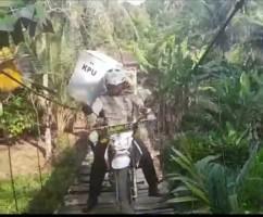 Bawa Kota Suara,Anggota Polres Pesawaran Lintasi  Jembatan Gantung