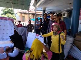 Bawaslu Cek Proses Pelipatan Kertas Surat Suara di Pesisir Barat