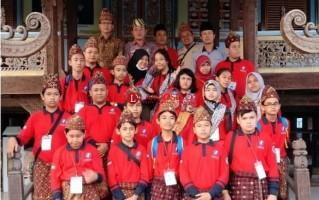 Belasan Siswa BogorBelajar Budaya Lampung di Gedung Dalom Kepaksian Pernong