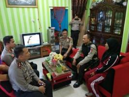 Bentuk Kepedulian, Kapolres Lampung Utara Kunjungi Anggota Bhayangkari Yang Sakit Struk