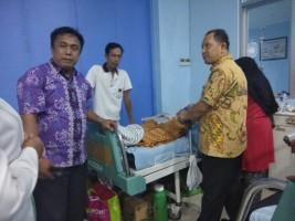 Besuk Lita, Diknas dan Dinkes Salurkan Bantuan Plt Bupati Lamsel