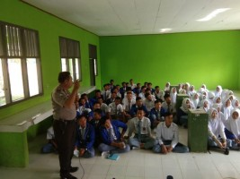 Bhabinkamtibmas Beri Penyuluhan ke Pelajar