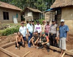 Bhabinkamtibmas dan Babinsa Serta Warga Gotong Royong Bangun Rumah Warga Kurang Mampu