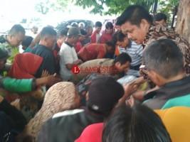 Borong Pisang dan Pepaya, Herman HN Bagikan Gratis ke Warga