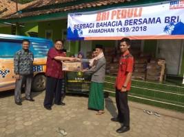 BRI Salurkan Ratusan Paket Sembako untuk Warga Tulangbawang