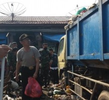 Budayakan Gotong Royong Polres Pesawaran-Aggota TNI Gelar Bersih-bersih