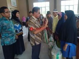 Bupati Khamami Bagikan Rastra Daerah di Simpang Pematang