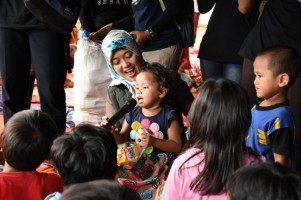 Bupati Lampung Timur Berikan Trauma Healing ke Anak-Anak Korban Tsunami