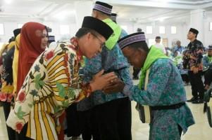 Bupati Lamtim LepasKeberangkatan Jemaah Calon Haji Gelombang II