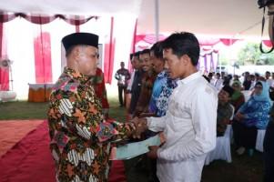 Bupati Nanang Bagikan 1.155 Sertifikat Redistribusi Tanah