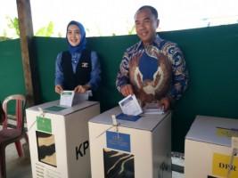 Bupati Waykanan Adipati Coblos Surat Suara di TPS 2 Kampung Bumi Ratu