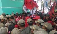 Buruh di Lampung Demo Tolak Revisi UU Ketenagakerjaan