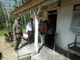 Camat Mesuji Timur Serahkan Rastrada ke Keluarga Sasaran