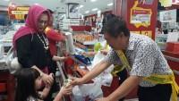Chandra Tebar Senyum Meriahkan Hari Pelanggan Nasional