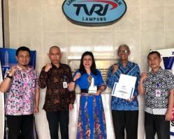 Ciptakan Lagu, Iwa TJ Dapat Penghargaan dari TVRI