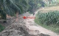 Dana Tak Kunjung Cair,  Pekerjaan Jalan Penghubung Antar Desa Mandek