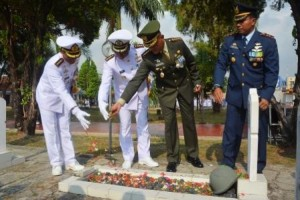 Danrem 043/Gatam Bersama 3 Pimpinan Angkatan TNI Tabur Bunga di TMP
