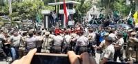 Kecewa, Mahasiswa Menerobos Blokade Polisi