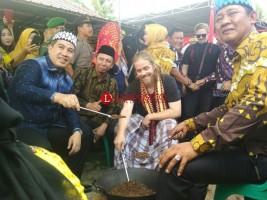 Dendi dan Mustafa 'Debu' Belajar Sangrai Kopi di Festival Budaya Sangrai Kopi Way Lima