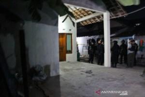Densus Geledah Rumah Pelaku Bom Kartasura