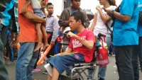 Diatas Kursi Roda, Tak Patahkan Semangat Rafael untuk Menyaksikan Pawai Obor Asian Games