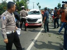 Diduga Pecah Ban, Minibus Sarat Penumpang Tabrak Motor