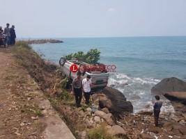 Diduga Sopir Ngantuk, Avanza Silver Terguling Nyaris Nyemplung Laut
