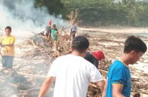 Dinas Pariwisata Pesibar Gelar Bersih-bersih di Pantai Labuhan Jukung