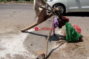 Dinas PU Lampura Tambal  Sulam Jalan Berlubang dengan Sistem Cor