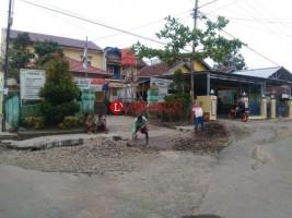 Dinas PU Perbaiki Saluran Air di Depan Kantor Kelurahan Rejosari