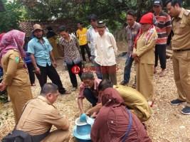 Dinkes Latih Warga Desa Aji Kagungan Buat Jamban Sehat